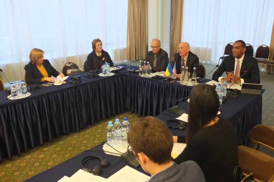 Учасники зустрічі представників проектів міжнародної допомоги, які працюють у сфері зміцнення верховенства права. ФОТО: Програма USAID «Нове правосуддя»
