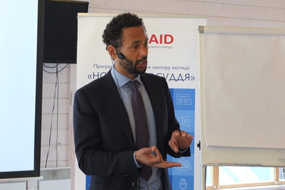 Експерт Програми USAID «Нове правосуддя» Уейн Джордаш під час розробки навчальної програми для суддів щодо застосування норм міжнародного гуманітарного права у справах, пов'язаних зі збройним конфліктом. ФОТО: Програма USAID «Нове правосуддя»