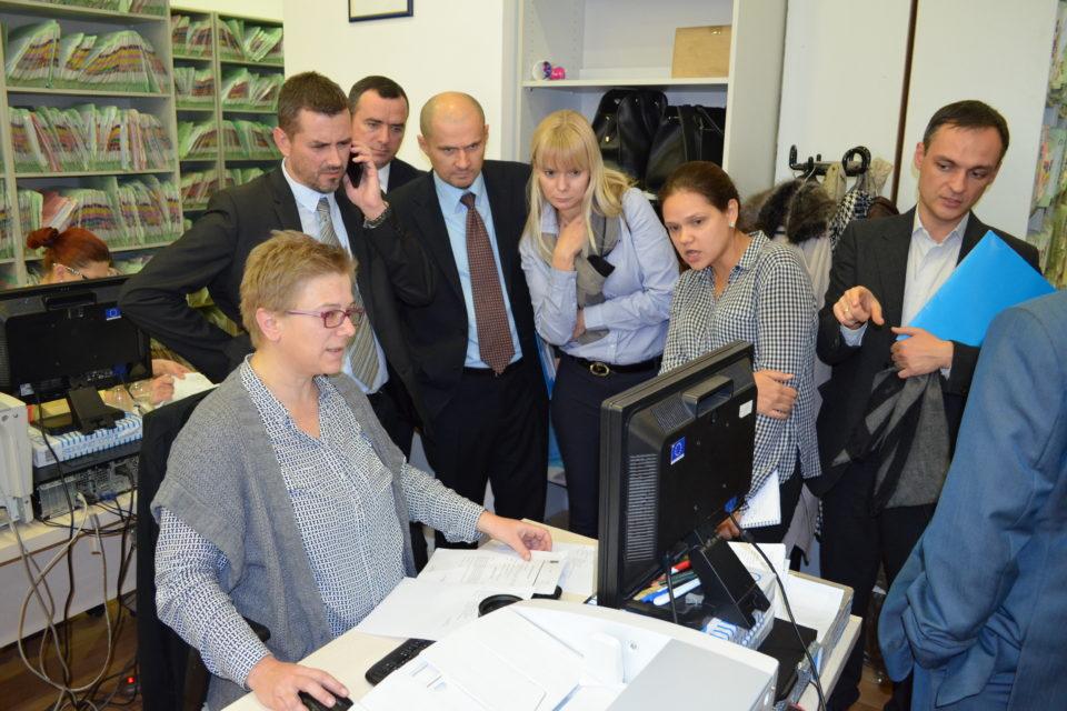 Члени української делегації знайомляться з роботою електронної системи діловодства в районному суді м. Мостар Боснії і Герцеговини, 21 листопада 2016 року. ФОТО: Програма USAID «Нове правосуддя»
