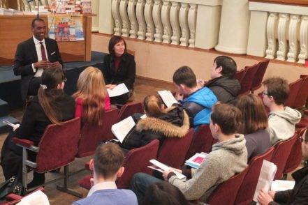 Студенти беруть участь в інтерактивній сесії програми USAID «Нове правосуддя» під час заходу «Університет USAID» у Дніпровському національному університеті ім. Олеся Гончара 16 березня 2017 року. ФОТО: Програма USAID «Нове правосуддя»