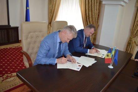 Голова Вищої ради правосуддя Ігор Бенедисюк під час підписання Угоди про співпрацю з Головою Вищої ради магістратури Молдови Віктором Міку 6 квітня 2017 року в Кишиневі, Молдова. ФОТО: Програма USAID «Нове правосуддя»