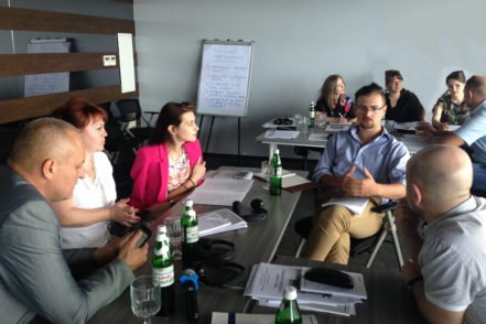 Учасники в малих групах обговорюють використання методики для розробки внутрішніх систем забезпечення якості юридичної освіти 31 травня 2017 року в Одесі. ФОТО: Програма USAID «Нове правосуддя»
